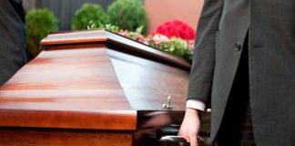 Trabalhador de funerária tira sesta