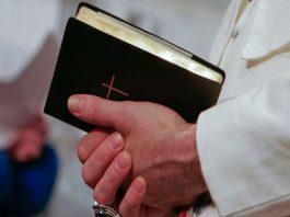 Padre muda horário da missa