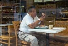 Homem come de graça 2 anos
