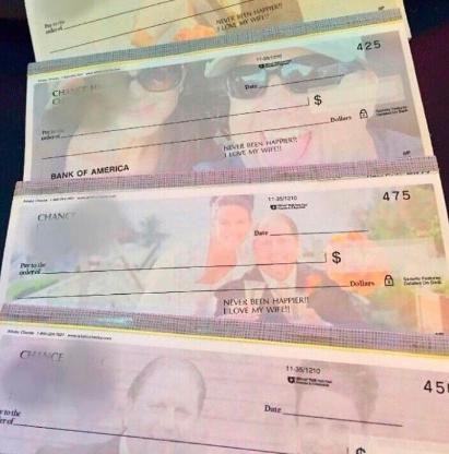 Homem faz cheques com foto