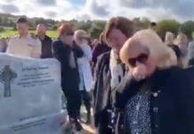 Cerimónia fúnebre acaba à gargalhada