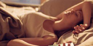 Pessoas preguiçosas ao levantar da cama
