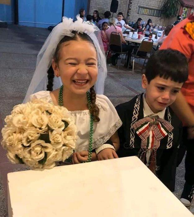Criança chora desalmadamente com casamento