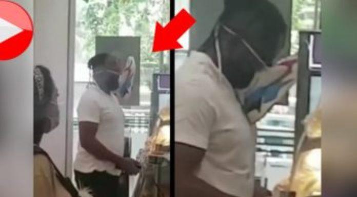 homem a usar uma sapatilha como máscara