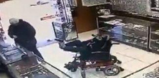 Homem em cadeira de rodas anuncia assalto