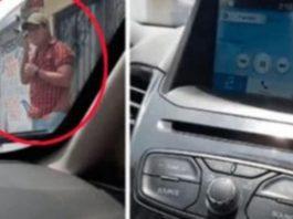Homem sai do carro para falar com amante