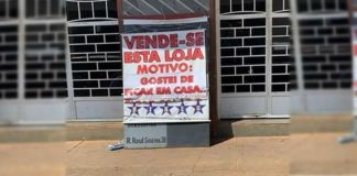 Homem coloca sua loja venda
