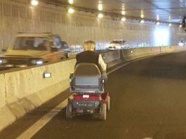 Idoso circula em túnel de cadeira de rodas