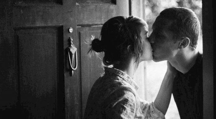 Homens que beijam as esposas