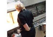 Funcionária do McDonald's filmada com a mão dentro das calças