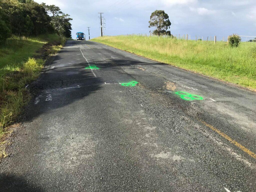 Homem desenha pilas em buracos da estrada